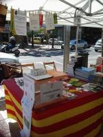 Taller de roses i punts de llibre a la parada del Servei Comarcal de Català del Baix Empordà