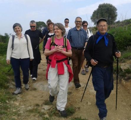 Un voluntari del VxL de Roses guia una excursió pel camí de ronda