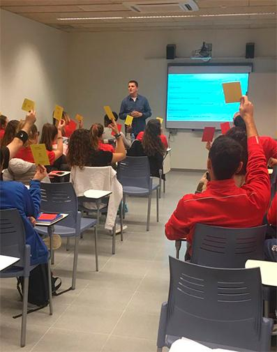Sessió de sensibilització lingüística per als monitors del Consell Esportiu de l'Hospitalet